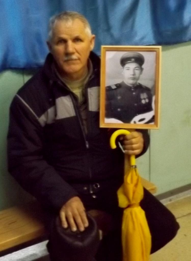 Щипунов Алр.Никол. с портретом отца-уч-ка ВОВ.JPG